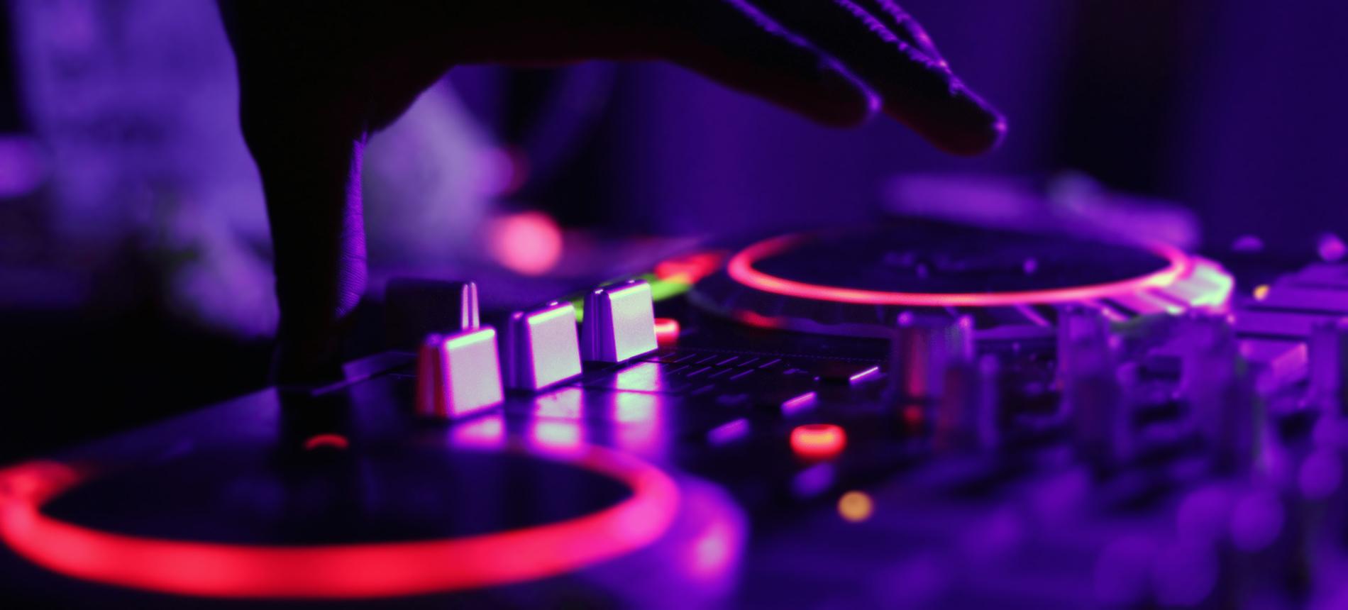 ศิลปินนักร้องและวงตนตรีชั้นนำที่โด่งดังและเป็นที่รู้จัก